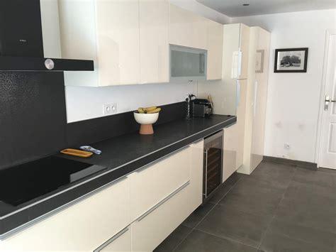 bain cuisine cuisine beige et noir sur mesure eguilles carrelage