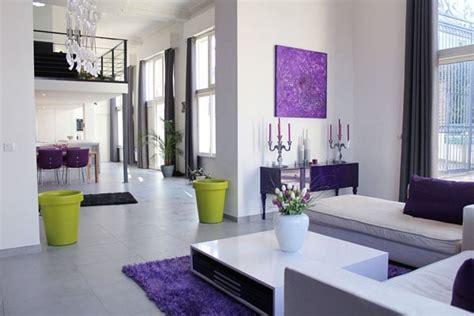 Un Salon Violet Dans Un Loft