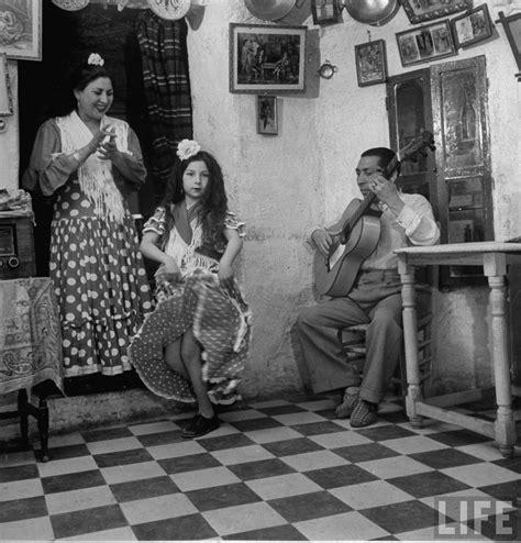 flamenco andalucia dancers gypsy cave spanish dance sacromonte granada dwelling dancing messynessychic 1949 del dancer dmitri kessel roma antiguas village