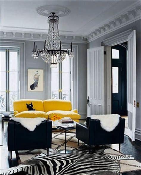 repeindre un canapé en tissu canape cuir jaune dans salon peinture grise et fauteuil noir