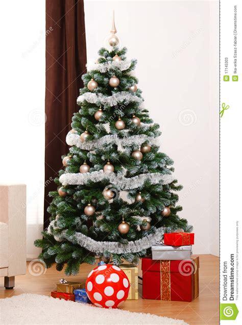 193 rbol de navidad adornado con los presentes imagen de