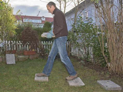 Trittplatten Für Rasen by Anleitung Trittplatten Verlegen Mein Sch 246 Ner Garten