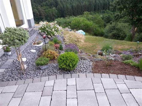 beet mit steinen beet mit pflanzen und steinen gartengestaltung mit steinen