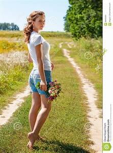 Schönes 10 Jähriges Mädchen : sch nes blondes m dchen das barfu auf sommerfeld mit einem blumenstrau von wilden blumen geht ~ Yasmunasinghe.com Haus und Dekorationen