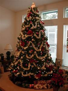 Geschmückte Weihnachtsbäume Christbaum Dekorieren : k nstlicher tannenbaum aus spritzguss richtig geschm ckt wirkt er nat rlich pinterest ~ Markanthonyermac.com Haus und Dekorationen