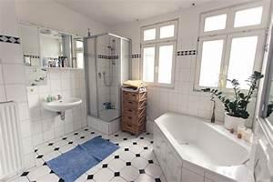 Badezimmer Mit Eckbadewanne : modern eingerichtetes badezimmer mit modernen fliesen eckbadewanne dusche und schmalem ~ Bigdaddyawards.com Haus und Dekorationen