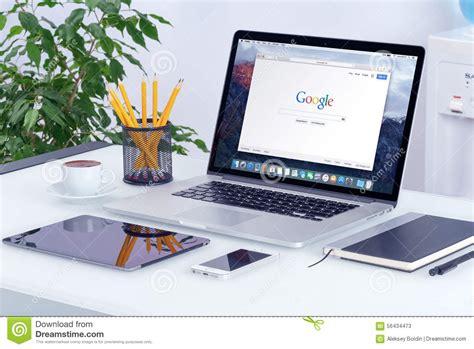 pro bureau apple macbook pro sur le bureau avec la page web de