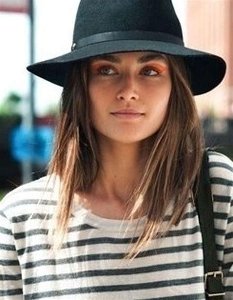 quelles coiffures adopter quand  porte  chapeau