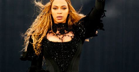 Beyonce flashes her bum as she wows the sold-out crowd at ...