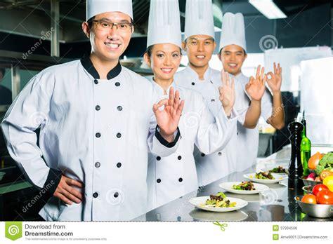 cuisine de restaurant chef asiatique dans la cuisson de cuisine de restaurant