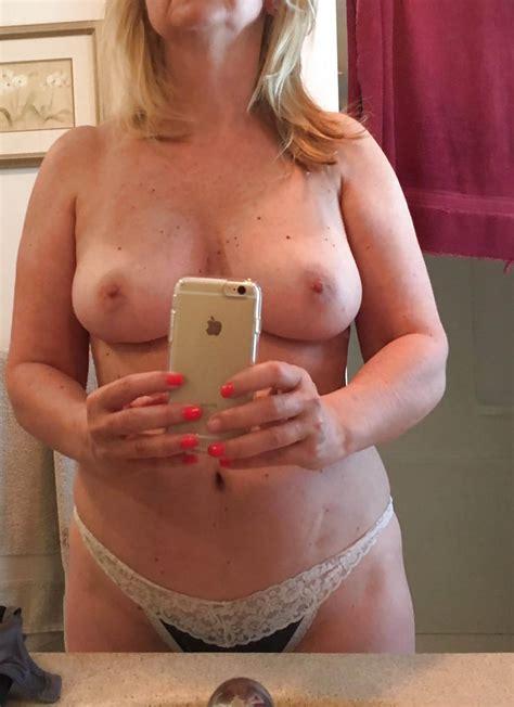 Cougar Mature Blonde Devant Le Miroir De La Salle Frivole