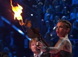 Lance Flamme Tesla : vid o mtv european music awards ema 2015 la pr sentatrice ruby rose a vol la vedette ~ Melissatoandfro.com Idées de Décoration