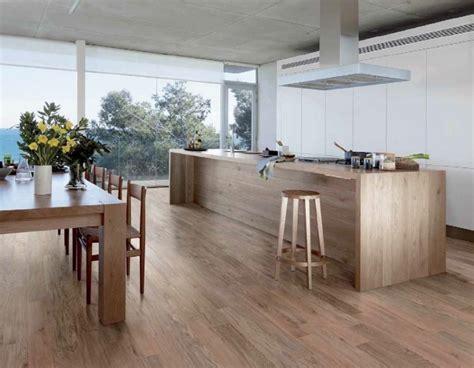 parquet cuisine ouverte carrelage imitation parquet idées pour l 39 intérieur moderne