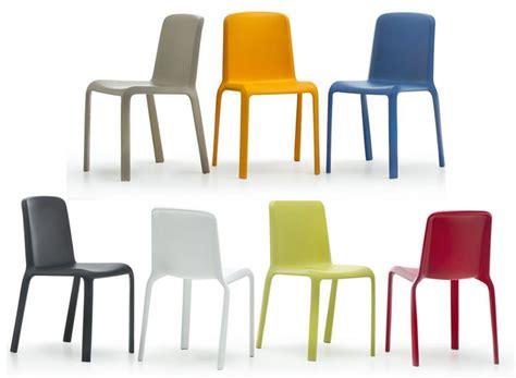 Poltroncine Design Plastica : Sedia In Plastica Impilabile E Colorata, Resistente Ai