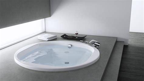 une salle de bain design avec au fil du bain shake my