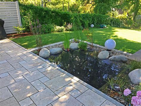 Gartenteich Mit Terrasse by Kleiner Gartenteich An Einer Terrasse Aus Travertin Ein