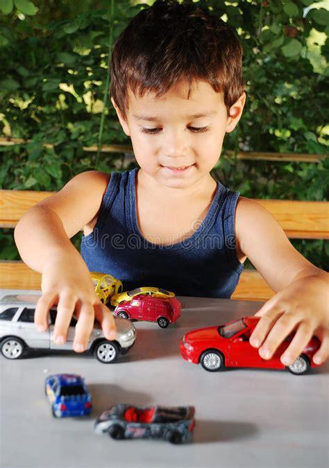 spiele mit autos die kinder die mit autos spielen spielt im freien am sommer stockbild bild obacht