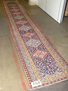 Tapis de couloir shirvan a decor geometrique muni de medaill for Tapis de couloir beige