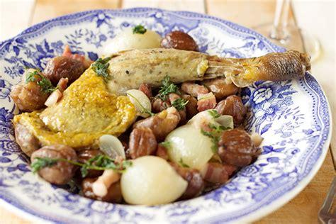 cuisiner des cuisses de pintade cuisses de pintade aux châtaignes et aux oignons grelots