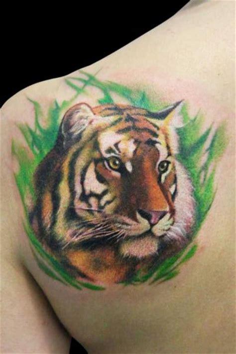 schulter realistische tiger tattoo von dzy tattoo