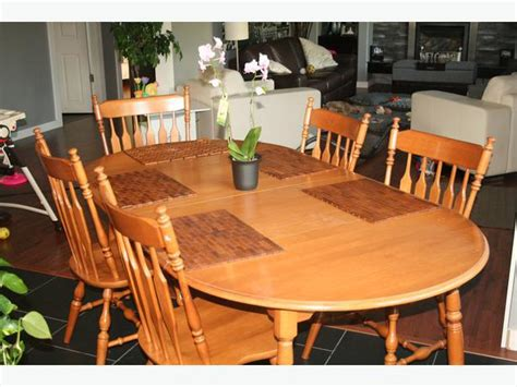 roxton maple dining room table 4 chairs and 1 captains