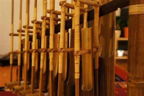 Jenis alat musik jika dikelompokkan berdasarkan fungsinya terbagi menjadi tiga, yaitu melodis, ritmis dan. 12 Contoh Alat Musik Melodis, Gambar Beserta Cara Memainkannya
