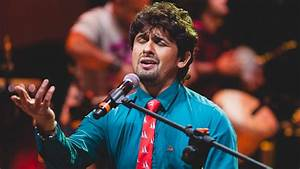 Watch: Sonu Nigam surprises fellow travellers with a mid ...
