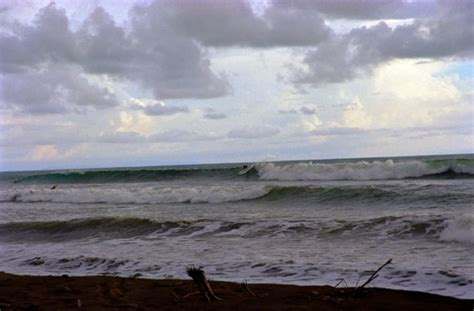 playa dominical      surfers  costa rica