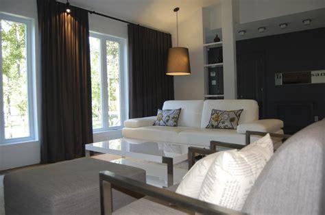 tenture plafond chambre grandes fenêtres pour un habillage qui cadre bien