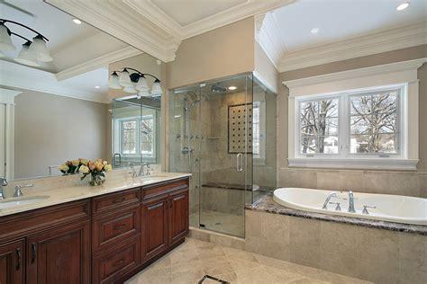wasserhahn für badewanne grau lackfarben f 252 r badezimmer mit beige fliesen mit