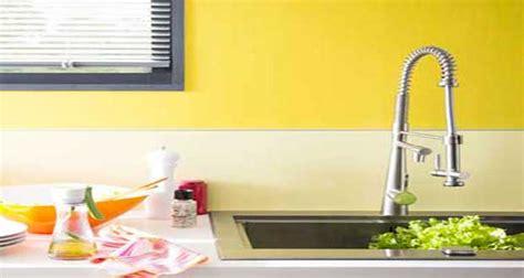 revetement mural cuisine une couleur jaune pour une déco pétillante