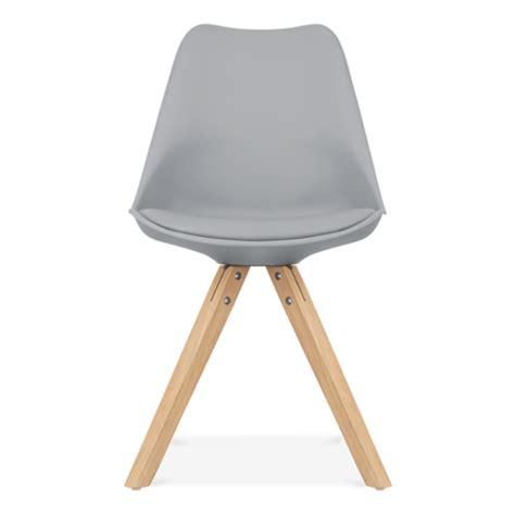 chaise avec pied en bois chaise eames inspired grise avec pieds pyramide en bois
