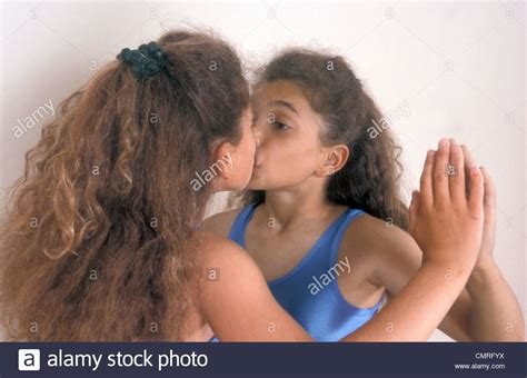 pretty girl kissing elle meme dans le miroir photo stock
