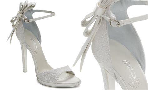 I colori classici per le scarpe da sposa includono bianco, blu, oro e nero. SCARPA DA SPOSA CON TACCO ALTO - Sposi Magazine