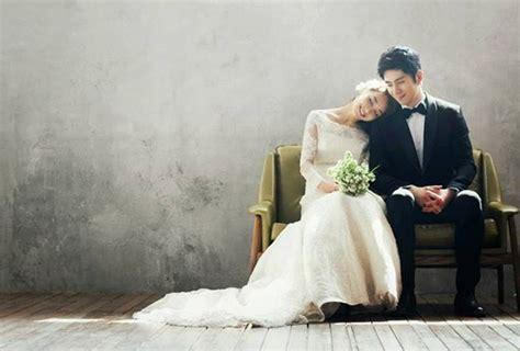pose foto pre wedding romantis unik  lucu  pasangan