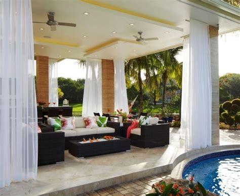 Überdachte Terrasse Mit Lichtdurchlässigen Gardinen