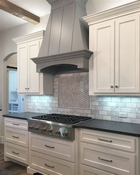 sherwin williams extra white cabinets interior design ideas home bunch interior design ideas 331 | White Kitchen with Grey Hood Paint Color
