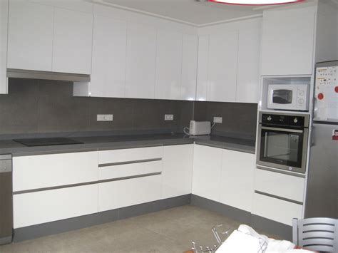 cocina en blanco  gris