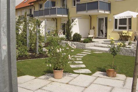 Reihenhausgarten Neu Anlegen reihenhausgarten neu anlegen garten neu gestalten bilder kunstrasen