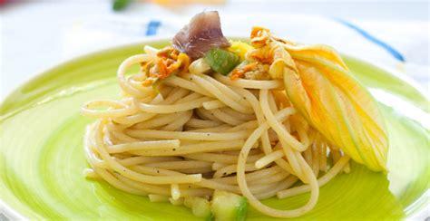 ricette primi con fiori di zucca ricetta spaghetti ai fiori di zucca e zafferano giornale