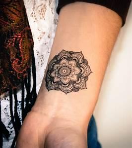 Mandala Tattoo Unterarm : foto falsche tattoos ein tempor res mandala tattoo innen am handgelenk ~ Frokenaadalensverden.com Haus und Dekorationen