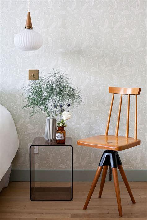 chaise antique en bois hotel henriette gobelins chambre suite junior detail