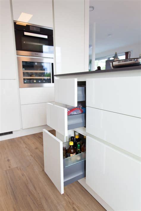 Moderne Küche Hochglanz Weiß Mit Granitoberfläche Grifflos