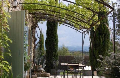 faire une tonnelle en fer terrasse avec pergola maison exterieur pergolas