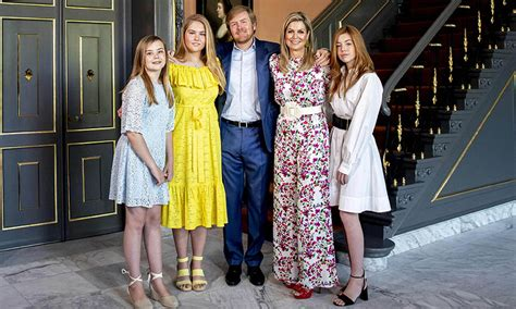 """""""ik denk dat prinses amalia in ieder geval wordt gespeeld door een man, raadde zij eerder al, afgaande op een foto die rtl vooraf had prijsgegeven. Dutch royals release stunning new portraits of sisters ..."""