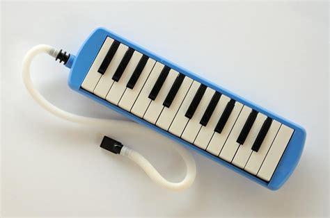 Alat musik melodis mampu menghasilkan nada do, re, mi dan seterusnya, yang akan melengkapi suara yang dihasilkan oleh alat musik ritmis dan harmonis. Jenis dan Penjelasan Alat Musik Melodis Terlengkap!