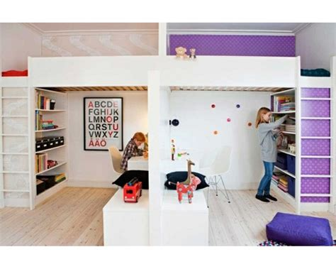 une chambre pour deux enfants partager la chambre en deux avec des lits mezzanines
