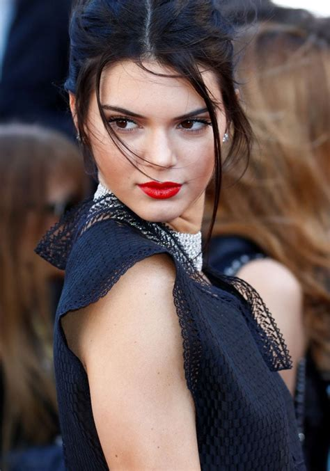 Kendall Jenner's Abnormally Straight and Long Belly Button ...