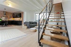Architecture à Vivre : pi ce vivre avec cuisine industrielle et grand escalier ~ Melissatoandfro.com Idées de Décoration