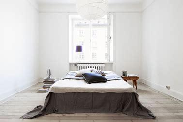 place du lit dans une chambre disposition du lit pour agrandir une chambre